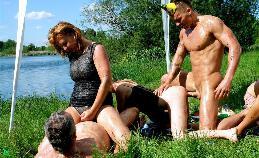 Groepseks bij de waterkant