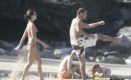 Jessica Alba toont haar strakke kontje