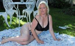 Ondeugende Engelse Milf naakt in de tuin