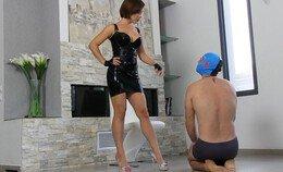 Ik roep mijn slaaf naar me toe en hij kruipt over de vloer als een brave jongen