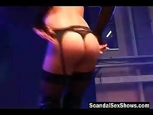 Blonde in zwarte lingerie
