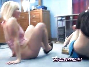 Mariah neukt Lily met haar strapon