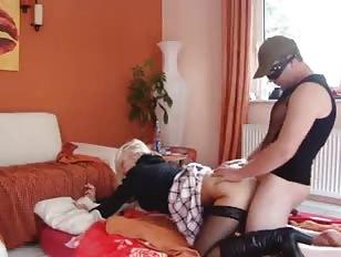 Blonde warmt haar vriend op