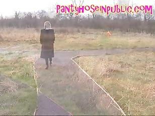 Dikke vrouw gaat wandelen in het park