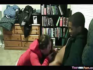Zwarte vent pompt zijn blanke vriendin vol
