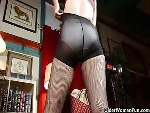 Oudere vrouw met bril masturbeert in haar panties