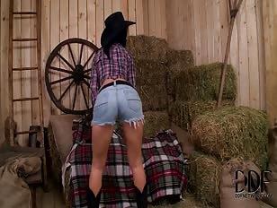 Leuke cowgirl gaat naakt