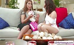 Stiefdochter Isabella eet kutje van volwassen brunette