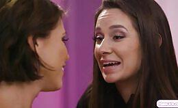Adriana Chechik met haar brunette vriendin