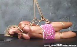 Blonde vrouw vastgebonden en topless
