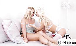 Twee blonde meiden die smullen van elkaars lichaam