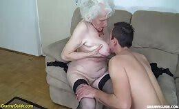 Oude vrouw geniet nog even op de oude dag