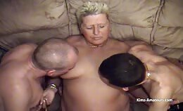 Oudere vrouw laat zich verwennen door drie mannen