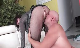 Mollige oudere vrouw plast over zijn lul