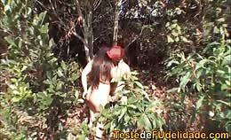 Dik stel heeft seks in het bos