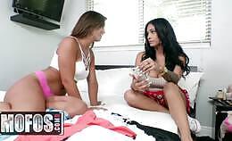 Twee Latinas delen zijn lul en likken elkaars borsten