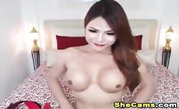 Sexy transvrouw gaat topless en masturbeert