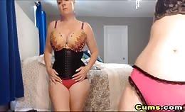 Twee blonde lesbiennes hebben seks op de cam