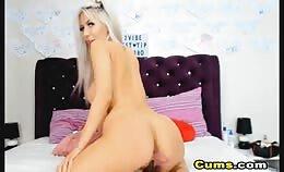 Blonde ramt de dildo hard in het kontje