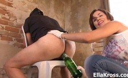 De slaaf van Ella Kross drinkt haar bier op