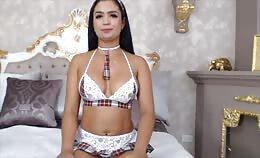 Sexy Latina met geweldige body berijdt haar dildo