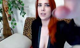 Sexy roodharige Cambabe met grote natuurlijke borsten voor de webcam