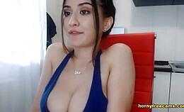 Sexy meid zuigt zo goed op haar Dildo