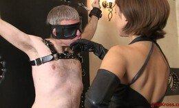 Ella Kross laat de slaaf haar hand kussen