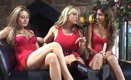 Wellustige dames gaan op elkaar gaan zitten om te eten uit hun bevers.