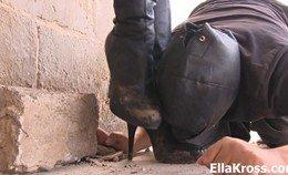Ella Kross laat de laarzen schoon maken